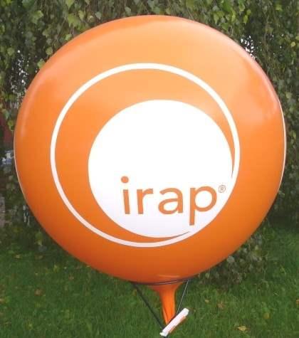 """WR265-42-W   Ø~100cm Riesenwerbeluftballon, Ballonfarbe nach Angabe  mit gleichem 4seitigen individuellen 2C Aufdruck in Siebdrucktechnik """" nicht passgenau"""" , Ballonstutzen unten."""